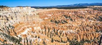Grote die spitsen weg door erosie worden gesneden Stock Foto's