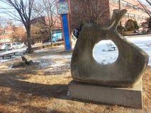 Grote die steen met gat in tuin wordt geplaatst stock fotografie