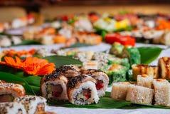 Grote die Sushi met makinigiri worden geplaatst Royalty-vrije Stock Afbeeldingen