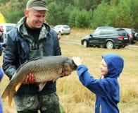 Grote die vissen door visser worden gevangen Stock Fotografie