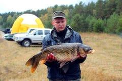Grote die vissen door visser worden gevangen Stock Foto's