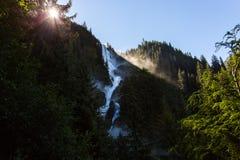 Grote die Waterval op Berghelling wordt geplooid Stock Foto