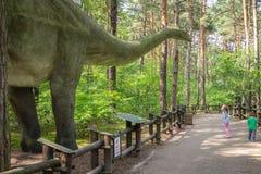 Grote Diplodocus in dinosauruspark stock foto