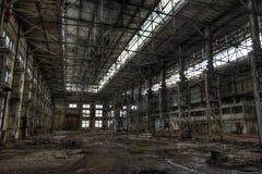 Grote donkere industriële zaal van verlaten fabriek Royalty-vrije Stock Afbeeldingen