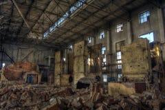 Grote donkere industriële zaal van verlaten fabriek Stock Fotografie