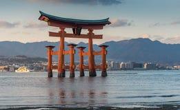 Grote drijvende poort & x28; O-Torii& x29; op Miyajima-eiland Stock Afbeelding
