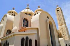 grote Egyptische orthodoxe witte kerk met kruisen, bogen, koepels en vensters voor gebeden royalty-vrije stock fotografie