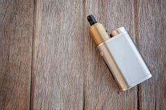 Grote Elektrische sigaret op Hout Royalty-vrije Stock Foto's