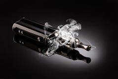 Grote elektronische sigaretten Stock Foto's