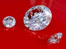 Grote en kleine diamanten op rode glanzende achtergrond Stock Foto
