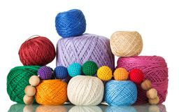 Grote en kleine die ballen van multi-colored garen, parels van draad, op wit worden geïsoleerd stock foto's