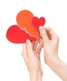 Grote en kleine gebroken harten in de handen van de vrouw Royalty-vrije Stock Fotografie