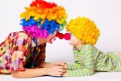 Grote en kleine grappige clowns stock fotografie