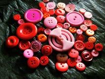 Grote en kleine kleurenknopen op zwarte royalty-vrije stock foto