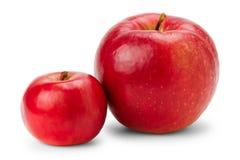 Grote en kleine rode appelen op wit stock foto