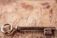 Grote en kleine roestige uitstekende metaalsleutels op oude houten backgroun stock afbeeldingen