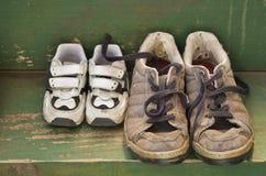 Grote en kleine schoenen op de achterstap Stock Afbeeldingen