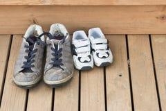 Grote en kleine schoenen op het achterdek Stock Foto