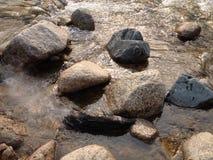 Grote en kleine stenen van verschillende geometrische vormen in het water royalty-vrije stock fotografie