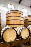 Grote en kleine wijnvatten Stock Fotografie
