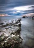 Grote en mooie mening van zonsondergang bij het strand Stock Afbeelding