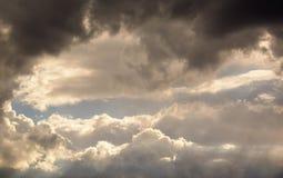 Grote en pluizige cumulonimbus betrekt in de blauwe hemel royalty-vrije stock foto