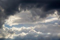 Grote en pluizige cumulonimbus betrekt in de blauwe hemel royalty-vrije stock foto's