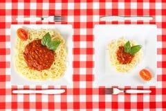 Grote en uiterst kleine voedselgedeelten royalty-vrije stock fotografie