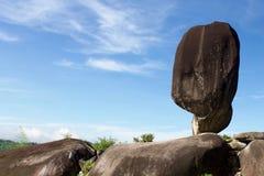 Grote in evenwicht brengende rots onder blauwe hemel in Thailand Royalty-vrije Stock Foto