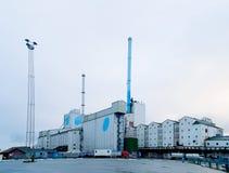 Grote fabriek met pijpen Aarhus, Denemarken stock afbeeldingen