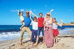 Grote familie met kinderen bij de zomervakanties Overzees strand stock fotografie