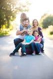 Grote familie met vier jonge geitjes Royalty-vrije Stock Afbeelding