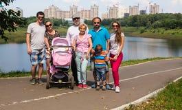 Grote familie op een achtergrond van nieuwe gebouwen Royalty-vrije Stock Afbeelding