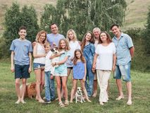 Grote familie in openlucht royalty-vrije stock foto