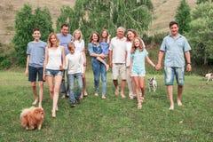 Grote familie in openlucht royalty-vrije stock fotografie