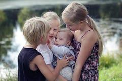 Grote familie Portret van gelukkige leuke grote en kleine zusters en last stock afbeeldingen