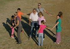 Grote familie in pret en spel op zandstrand