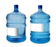 Grote fles water dat op een witte achtergrond wordt geïsoleerdt Royalty-vrije Stock Foto's