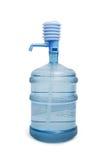 Grote fles water met geïsoleerde pomp Stock Foto's