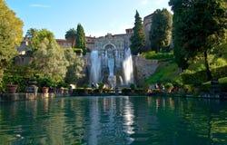 Grote fontein en tuin Stock Foto