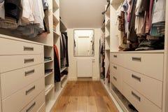 Grote garderobe in nieuw huis Stock Fotografie