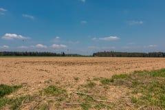 Grote gebieden in het midden van het Duitse platteland met heuvels, bossen en weiden stock fotografie