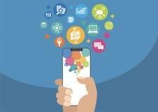 Grote gegevens en mobiel analyticsconcept als illustratie die met hand moderne vatting-vrije/frameless smartphone en pictogrammen Royalty-vrije Stock Foto