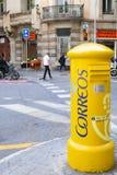 Grote gele brievenbus bij het kruiselings binnen kapitaal van Catalonië Barcelona, Spanje - Mei 5 2016 Stock Fotografie