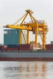 Grote gele kadekraan bij de haven Stock Afbeeldingen