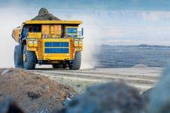 Grote gele mijnbouwvrachtwagen Stock Foto