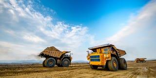 Grote gele mijnbouwvrachtwagen Royalty-vrije Stock Foto's