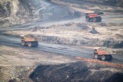 Grote gele mijnbouwvrachtwagen en bulldozer bij de plaats van de het werkindustrie Royalty-vrije Stock Afbeeldingen