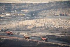 Grote gele mijnbouwvrachtwagen en bulldozer bij de plaats van de het werkindustrie Stock Foto's