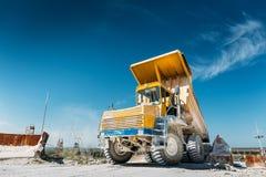 Grote gele mijnbouwvrachtwagen Het werk industriële machines stock foto's